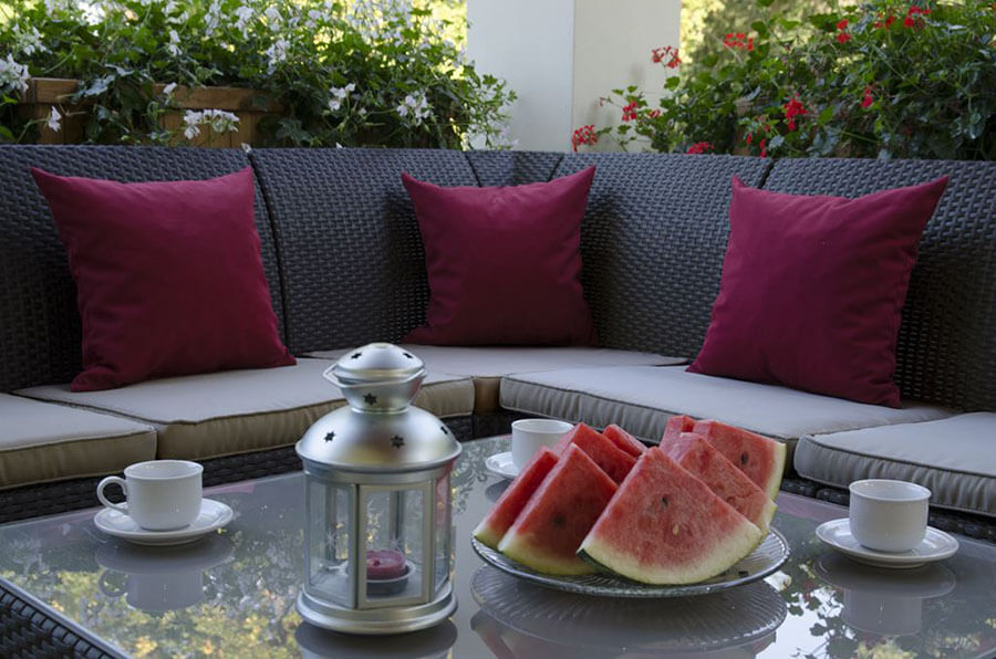 kanapa na taras do ogrodu